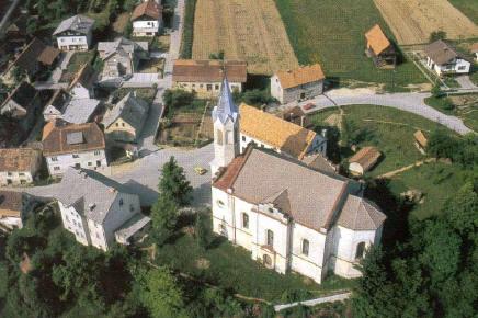 Staro jedro Boštanja s farno cerkvijo in staro šolo.